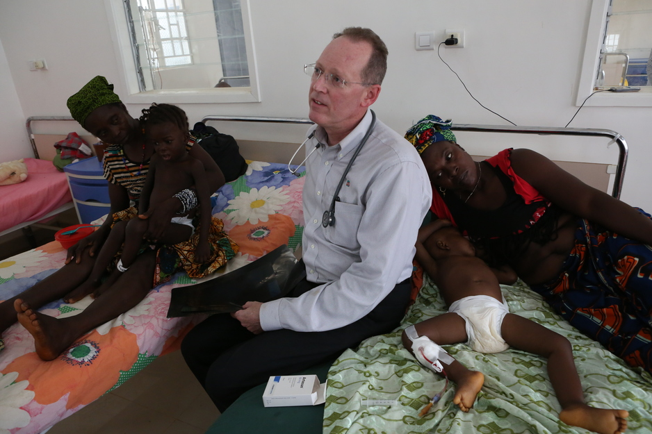 Paul Farmer cares for child with Ebola in Sierra Leone