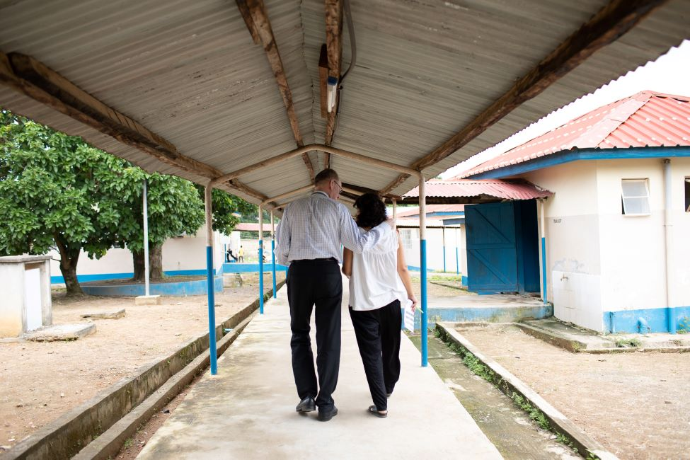 Drs. Farmer and Rodríguez walk from department to department, ward to ward, to visit and diagnose patients.