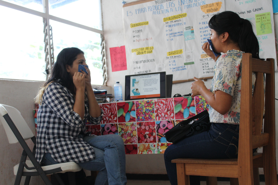 Dr. Doris Altuzar teaches a nurse how to properly wear a face mask as part of a larger training on how to manage triage areas in the community clinic of Honduras, one of the communities in Chiapas, Mexico where PIH works. Photo by Paola Rodriguez / PIH.