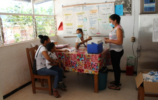 Community health worker Leini Escalante records a patient's personal information. Photo by Paola Rodriguez / PIH.